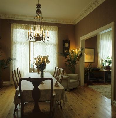 Større døråpning gir bedre romfølelse i stue og spisestue i gammel ...