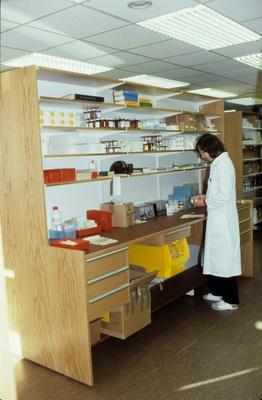 Kvinne i arbeid på Hemne apotek i Kyrksæterøra
