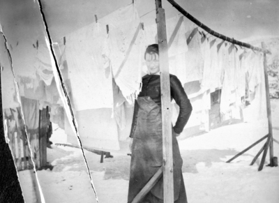 En ung dame står under en klehjell
