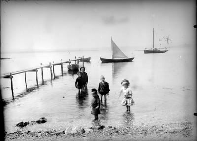 :: Gram-familen ved stranden antagelig ved Tyrifjorden