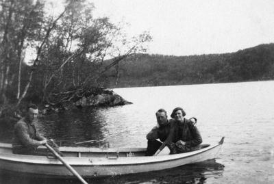 To menn og en kvinne i en robåt