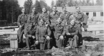 GRUPPE: 10 MENN I UNIFORM