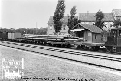 Godstog med tømmerlass over fem vogner på Kristiansand stasjon