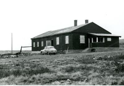 Anlegsbrakke ved Stolsvatn med bilen til Pedersen