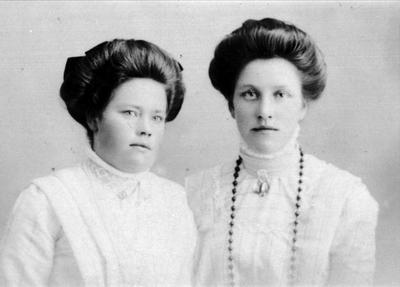 Portrett av søstrene Ingeborg og Bertine Abelset i Bjelland