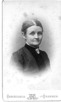 Kvinne med håret trukket stramt bakover