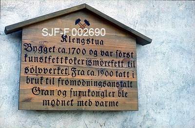 Treskilt med informasjon om Kongsberg sølvverks klengstue (jfr
