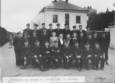 Gruppebildet av personalet oppstilt utenfor stasjonsbygningen i Arendal