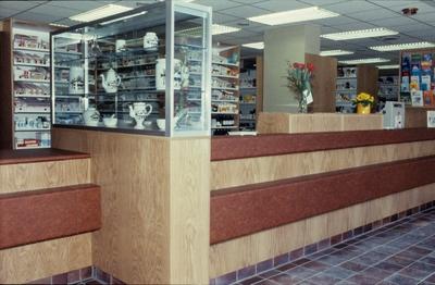 Skranken og hyller med medisiner på Hemne apotek i Kyrksæterøra