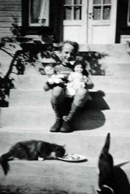 Bernt Flottorp koser seg på trappa med dokker og katter