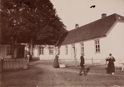 tre mennesker på gårdsplassen på Thorsø herregård
