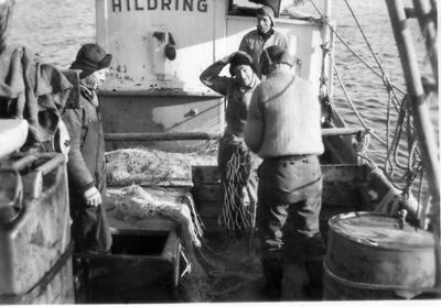 Fiskere arbeider på dekket til M/K