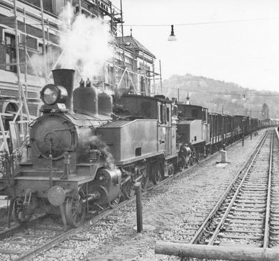 Et av de første normalsporede godstogene ankommer Kristiansand stasjon