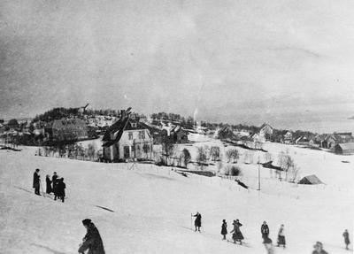 Folk på ski i Heggen