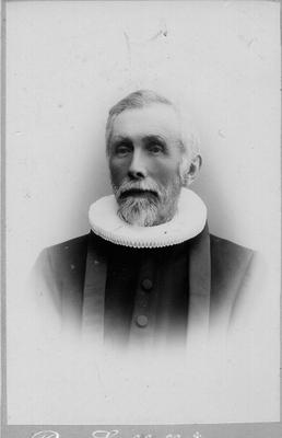 Mann med skjegg i prestedrakt med embetskrage