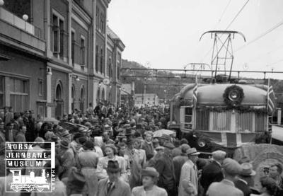 Åpningstoget for elektrisk drift ankommer Kristiansand stasjon