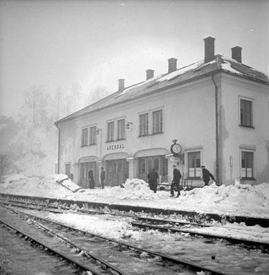 Snørydding på Nelaug og Treungenbanen : Arendal stasjon