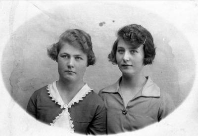 Portrett av søstrene Olaug og Gunvor Åkset
