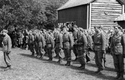 Engelske militære på Prestegårdstunet på Hov